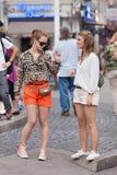 Refroidissez les filles à la mode sur la place de barrage, Amsterdam, Pays-Bas Photographie stock libre de droits