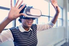 Refroidissez les verres les explorant de réalité virtuelle de femme de couleur millénaire dans un espace d'ouvert-concept Photo stock