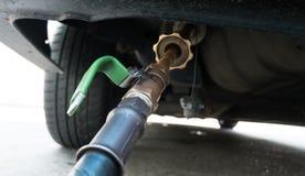 Refuel samochód przy benzynową stacją wypełniającą z paliwa LPG gazem w Tajlandia zdjęcie royalty free