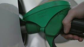Refueling pistolet zamknięty w górę benzynowej stacji przy zdjęcie wideo