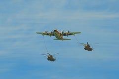 Refueller C-130 pendant l'exécution de réapprovisionnement en combustible Image stock