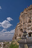 Refuge chrétien de maison de beau de désert troglodyte historique rocheux de grès en ciel bleu images libres de droits