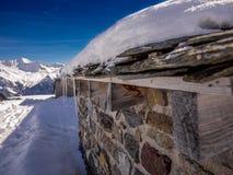 Refuge en pierre haut dans les Alpes - 6 Photos libres de droits