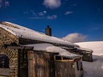 Refuge en pierre haut dans les Alpes Image libre de droits