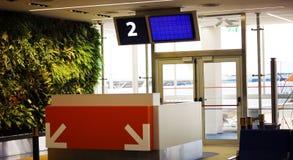 Refuge moderne de porte de départ d'aéroport avec le nombre de porte Photographie stock