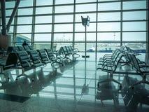 Refuge, sièges et extérieur d'aéroport la scène de fenêtre Photographie stock libre de droits
