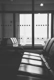 Refuge vide de terminal d'aéroport avec des chaises dans l'airpor d'Athènes Photographie stock libre de droits
