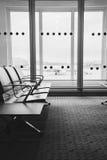 Refuge vide de terminal d'aéroport avec des chaises dans l'airpor d'Athènes Photographie stock