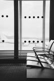 Refuge vide de terminal d'aéroport avec des chaises dans l'airpor d'Athènes Photos stock
