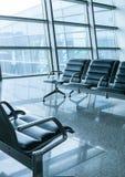 Refuge vide de terminal d'aéroport avec des présidences Photos stock
