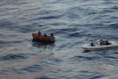 Refugiados cubanos que estão sendo salvar Fotografia de Stock Royalty Free