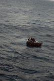 Refugiados cubanos que estão sendo salvar Imagem de Stock