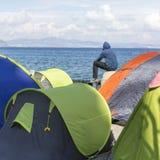 Refugiados da guerra das barracas no porto da ilha de Kos A ilha de Kos é ficada situada apenas 4 quilômetros da costa turca Imagem de Stock