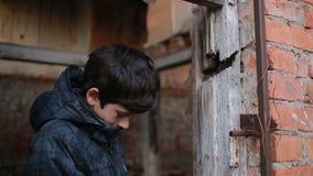 Refugiados das crianças contra o contexto de casas bombardeadas Guerra video estoque