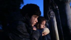 Refugiados das crianças contra o contexto de casas bombardeadas Guerra filme