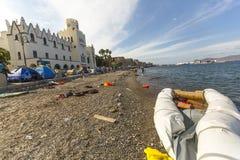 Refugiados de la guerra de las tiendas en el puerto de Kos Imágenes de archivo libres de regalías