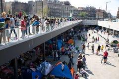 Refugiados e emigrantes encalhados no Keleti Trainstation no botão Imagens de Stock