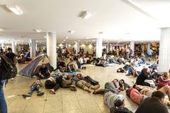 Refugiados e emigrantes encalhados no Keleti Trainstation no botão Imagens de Stock Royalty Free