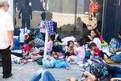 Refugiados e emigrantes encalhados no Keleti Trainstation no botão Fotos de Stock