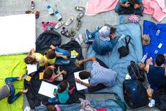 Refugiados e emigrantes encalhados no Keleti Trainstation no botão Imagem de Stock