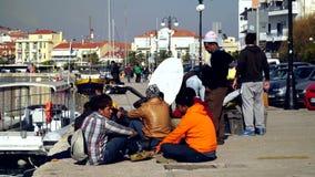 Refugiados en el puerto de Mytilini en Lesvos Esperar el transbordador a Atenas almacen de metraje de vídeo