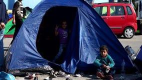 Refugiados en la tienda El puerto de Mytilini en Lesvos, Grecia metrajes