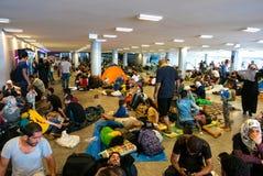 Refugiados que acampam no estação de caminhos-de-ferro de Keleti em Budapest imagens de stock