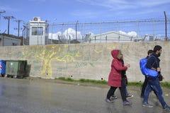 Refugiados que caminan fuera del campo Moria Imágenes de archivo libres de regalías