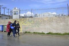 Refugiados que caminan fuera del campo Moria Fotos de archivo libres de regalías
