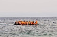 Refugiados que chegam em Grécia no barco deslustrado de Turquia Imagem de Stock Royalty Free