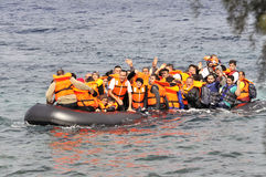 Refugiados que chegam em Grécia no barco deslustrado de Turquia Imagens de Stock