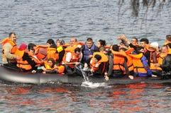 Refugiados que chegam em Grécia no barco deslustrado de Turquia Fotografia de Stock