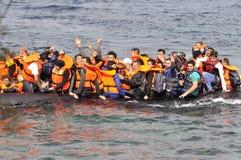 Refugiados que chegam em Grécia no barco deslustrado de Turquia Foto de Stock Royalty Free