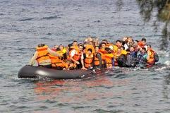 Refugiados que chegam em Grécia no barco deslustrado de Turquia Imagens de Stock Royalty Free