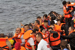 Refugiados que chegam em Grécia no barco deslustrado de Turquia Imagem de Stock