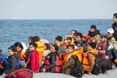 Refugiados que chegam em Grécia no barco do bote de Turquia Imagem de Stock