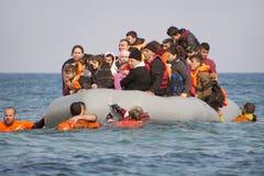 Refugiados que chegam em Grécia no barco do bote de Turquia Fotos de Stock Royalty Free