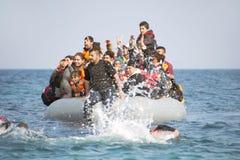 Refugiados que chegam em Grécia no barco do bote de Turquia Imagens de Stock Royalty Free