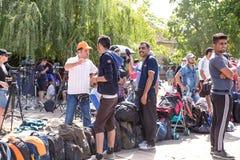 Refugiados que forman una línea que espera en Tovarnik Imágenes de archivo libres de regalías