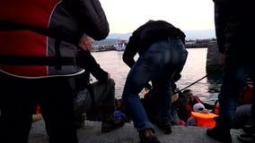 Refugiados que fueron rescatados en el mar Mithimna, Lesvos almacen de video