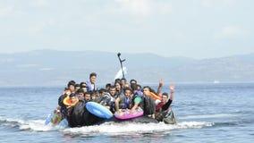 Refugiados que llegan en Grecia en barco del bote de Turquía metrajes