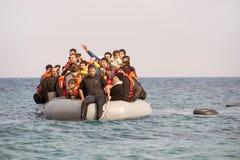 Refugiados que llegan en Grecia en barco del bote de Turquía foto de archivo