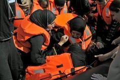 Refugiados que llegan en Grecia en barco sórdido de Turquía imagen de archivo libre de regalías