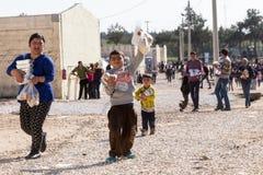 Refugiados que viven en la relocalización Diavata de las tiendas en el centro fotos de archivo libres de regalías
