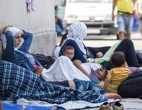 Refugiados sirios en la estación de tren de Keleti en Budapest Imagen de archivo