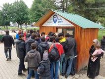Refugiados sirios que consiguen ayuda en Belgrado, Serbia Foto de archivo libre de regalías