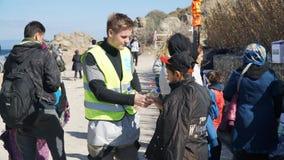 Refugiados y voluntarios Foto de archivo