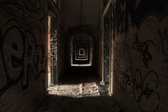 Refugio abandonado con la pintada en Europa fotos de archivo libres de regalías