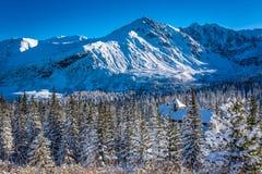 Refugio caliente en las montañas del invierno Fotografía de archivo libre de regalías