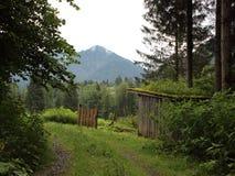 Refugio de la caza en el campo en las montañas austríacas Foto de archivo
